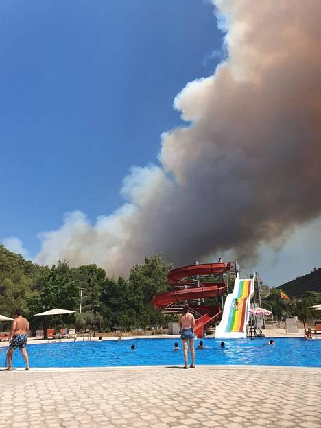 Lasten riemu loppui, kun vesiliukumäen ylle nousi sakea savuvana.