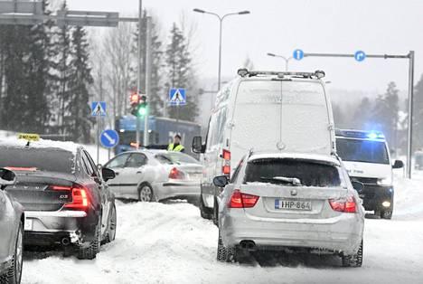 Poliisi ohjasi liikennettä kiertotielle Vantaalla.