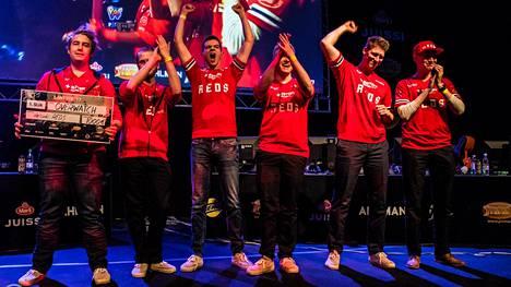 Helsinki REDS juhli LanTrekeilla Overwatch-turnauksen voittoa.