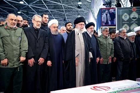Pompeon mukaan Iranilla halutaan näyttää, että tietynlainen käytös ei kannata. Kuvassa keskellä Iranin hengellinen johtaja ajatollah Ali Khamenei ja Iranin presidentti Hasan Ruhani (ajatollahin vasemmalla puolella) Qassem Suleimanin hautajaisissa.