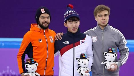 Kisojen isäntämaan Etelä-Korean Lim Hyo-jun (kesk.), Hollannin Sjinkie Knegt (vas.) ja venäläisurheilijoiden OAR-joukkueen Semjon Elistratov poseerasivat palkintokorokkeella.