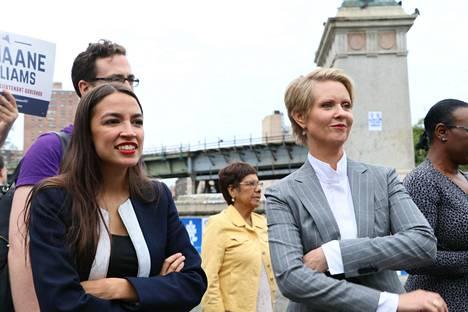 Demokraattisten sosialistien tähti Alexandia Ocasio-Cortez kampanjoi New Yorkin kuvernööriehdokkaaksi pyrkineen ex-näyttelijä Cynthia Nixonin kanssa Brooklynissä syyskuussa.