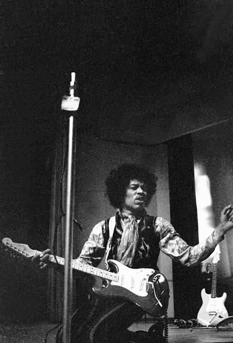 Hendrix sytytti kitaransa tuleen keikkansa aikana ja esitti harrastavansa seksiä vahvistimiensa kanssa.