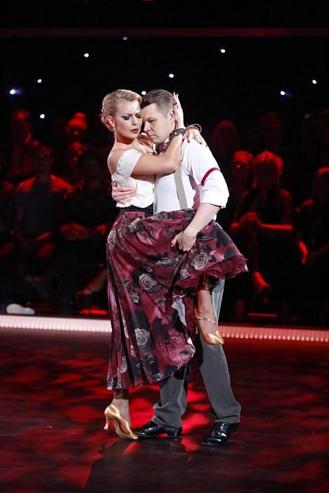 Hannes Suominen ja Kia Lehmuskoski esittivät herkän tangon kansallisromanttisesti pukeutuneina.