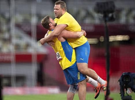 Daniel Ståhl ja Simon Pettersson (vas.) riemuitsivat toistensa menestyksestä tähän malliin.
