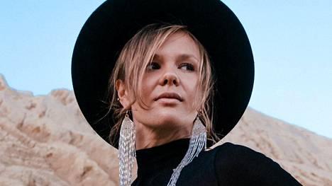 Julia Palmun laulua kuullaan Lonely-kappaleessa, joka pääsi osaksi suosittua kolumbialaissarjaa.