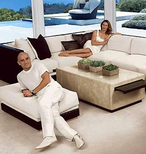 Entiset tennishuiput Andre Agassi ja Steffi Graf poseeraavat itse nimikkohuonekalujensa mainoksissa.