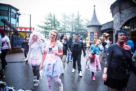 Linnanmäen iik!weekin avanneeseen paraatiin osallistui noin sata zombia.