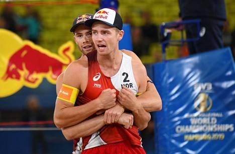 Anders Mol (takana) ja Christian Sørum edustavat Norjaa beach volleyn MM-kisoissa.