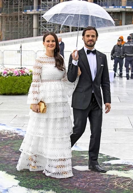 Sofia oli valinnut Norjaan kuningasparin syntymäpäiville ylleen valkoisen ilmavan luomuksen. Pitsimäinen luomus oli äärimmäisen muodikas valinta syntymäpäiville. Valkoinen kesämekko ei sopisi hääjuhliin, mutta muihin kesäjuhliin se päivetystä korostavan värinsä ansiosta nappivalinta.