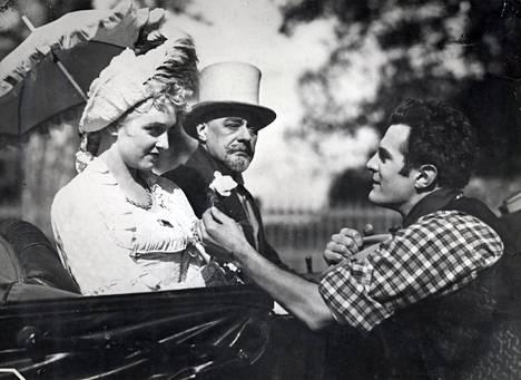 Kulkurin valssi 1941. Ansa Ikosen esittämä neito saa kulkurilta kukan tietämättä, että tämä on valeasuinen paroni.