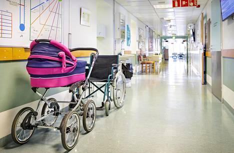 Koronaepidemian vuoksi Hus rajoitti keväällä synnyttäjien tukihenkilöiden läsnäoloa sairaaloissaan. Tämä on harmittanut monia ja näkyy äitien ikävänä.