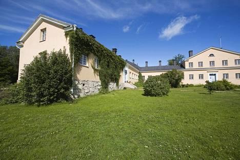 Kiviset sairaalan päärakennukset ovat 1800-luvulta.