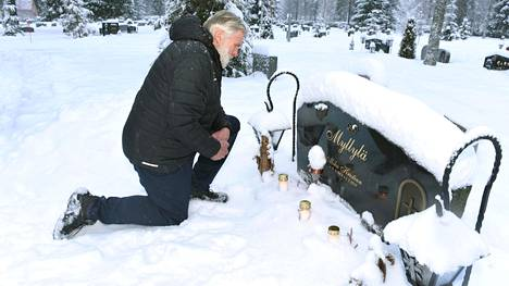 Hiihtäjäsuuruus Juha Mieto vieraili Mika Myllylän haudalla Haapajärven uudella hautausmaalla.