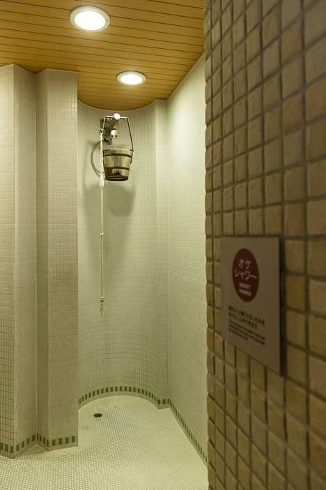 Niwa no yun suomalaisen saunan ulkopuolelta löytyy niin sanottu venäläinen suihku.