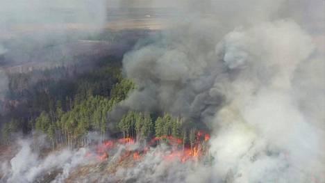 Sunnuntaina otetussa ilmakuvassa liekit roihusivat Tshernobylin ydinvoimalaa ympäröivällä 30 kilometrin suojavyöhykkeellä.