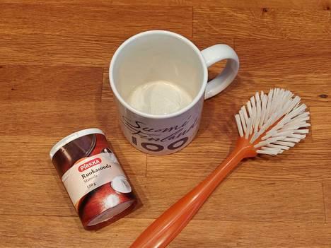Mukin tummentumien puhdistamiseen riittää ruokasooda sekä kostutettu puhdistussieni tai tiskiharja.