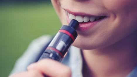 Sähkösavukkeiden käyttö ei ole vaaratonta, ja niiden pitkäaikaisvaikutuksista on vielä vähän tietoa. Tämän vuoksi niitä on hankala suositella tupakoinnin lopettamiseen.