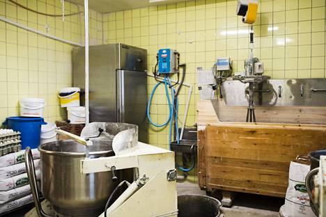 Halmeen leipomon takinahuoneen puukaukalossa säilytetään leivontaan käytettävää hapanjuurta.