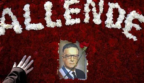 Chilessä vallankaappauksen yhteydessä kuollut presidentti Salvador Allende aiotaan nostaa maanantaina haudasta.