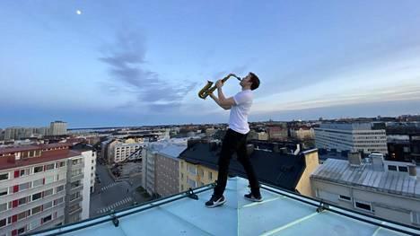 """Muusikko Axel Kalland esitti sunnuntaina Careless Whisperin, koska """"se on sellainen klassikko, kaikki tietävät sen""""."""