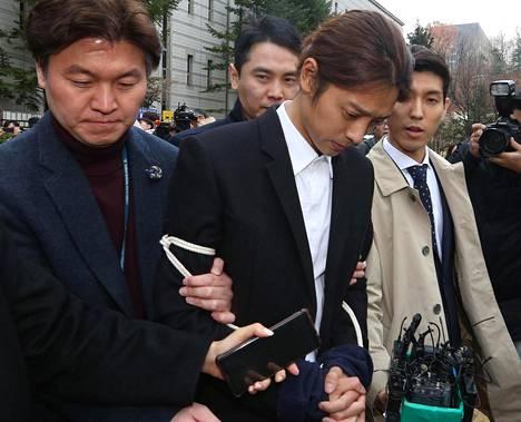 Jung Joon-young (keskellä) vangittiin maaliskuussa.
