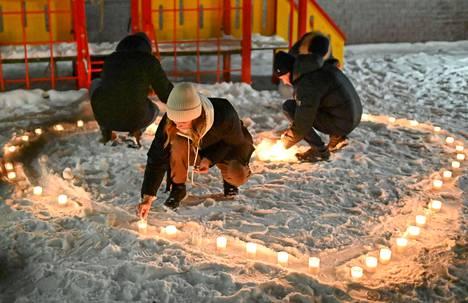 Navalnyin kannattajat muodostivat ystävänpäivänä kynttilöistä sydämen Omskissa 14. helmikuuta.