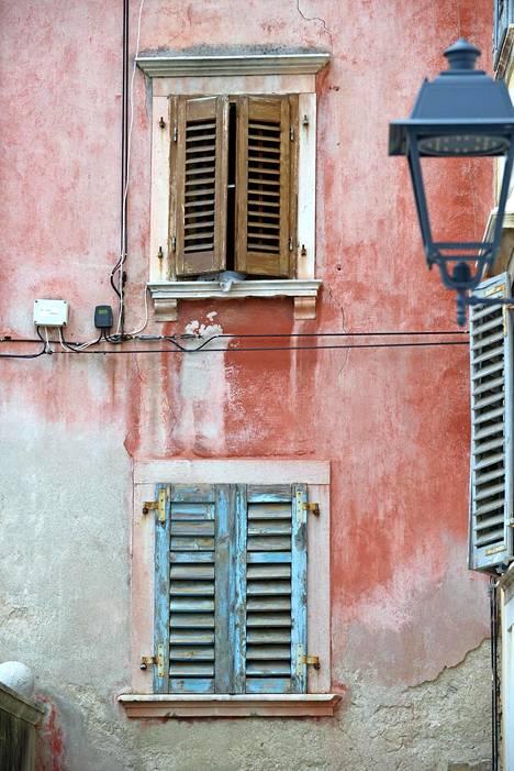 Talot on maalattu hempein pastelli- sävyin. Julkisivuja ovat rapauttaneet suolaiset tuulet, aurinko ja aika.