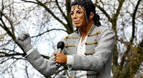 Tässä on paljon vastustusta herättänyt patsas Michael Jacksonista.