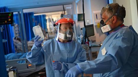 Papworthin sairaalan sairaanhoitajat työssään Cambridgessa. Britanniassa on menehtynyt jo yli 33 000 henkeä koronaviruksen aiheuttamaan tautiin.