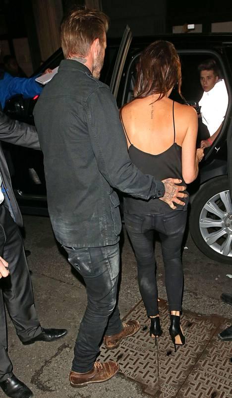 Märkä läntti näkyi Beckhamin housuista myös takaapäin.