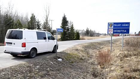 Poliisipartio tiellä 167 Päijät-Hämeen ja Uudenmaan maakuntarajalla 25. maaliskuuta 2020.