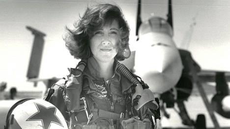 """Moottori räjähti kesken lennon – sankarilentäjän toimintaa ylistetään: """"Lentäjä oli laivaston veteraani, hän oli todella hyvä"""""""