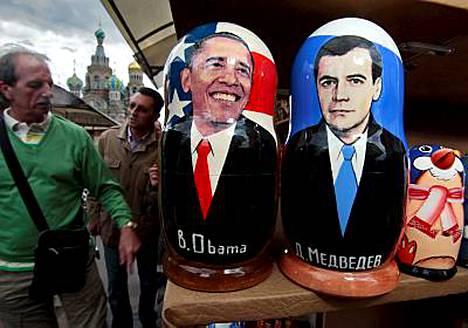 Obama ja Medvedev esiintyvät Moskovan torilla myytävissä perinteisissä maatuska-nukeissa.