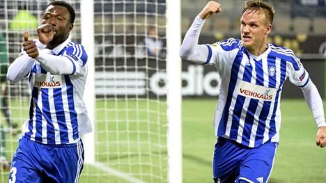 HJK:n Gideon Baah ja Mika Väyrynen riemuitsvat eilen 1-0-maalia, joka Baah teki.