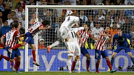 Sergio Ramos puskee Realin tasoihin lisäajalla.