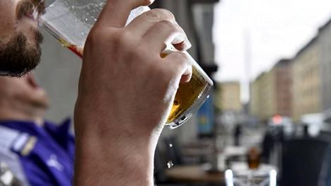 Ravintoloiden terassikausi saa avauksensa kesäkuun alussa, kun koronarajoituksia puretaan asteittain.