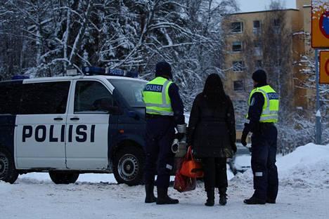Poliisi eristi Espoon Suvelantiellä sijaitsevan kerrostalon uudenvuodenaattona 2009. Talosta löydettiin epäilty ampuja kuolleena.