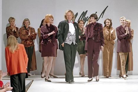 Mies ja hänen mallinsa kuvattuna keväällä 1994 Stockmannin tavaratalon muotinäytöksessä.