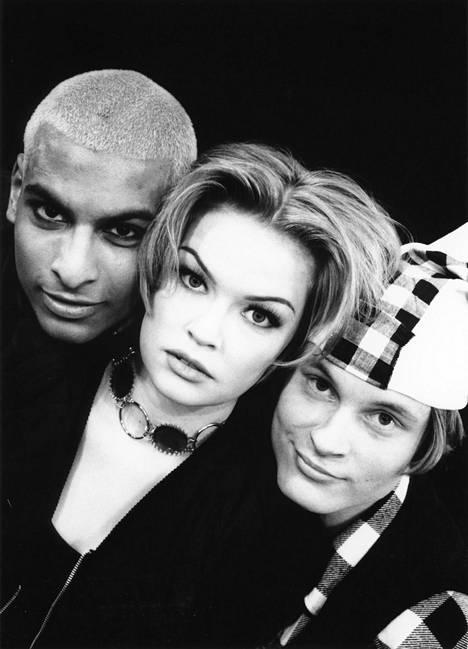 Musikaalin nuoret supertähdet Tino, Micaela ja Paavo 1990-luvulla.