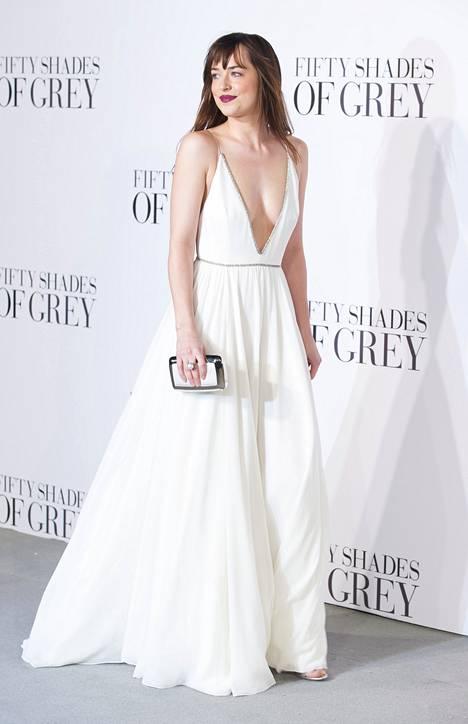 Dakota Johnson esittää elokuvassa Anastasia Steeleä, joka ajautuu suhteeseen salaperäisen Christian Greyn kanssa.