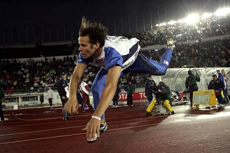 Tero Pitkämäki kaatui radan pintaan heittopaikalla Helsingin MM-kisoissa 2005.