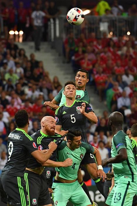 Cristiano Ronaldo nousi Walesin James Chesteriä korkeammalle.
