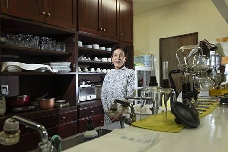 Yoko Takano asuu Iwakissa. Hän on vuokrannut asunnon Namiesta pyörittääkseen kahvilaansa.