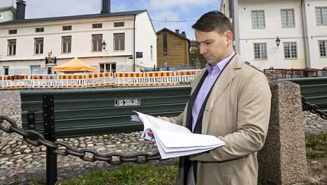 Porvoon kaupunki säästää koronan takia. Rahoitusjohtaja Henrik Rainio esitteli leikkauslistaa toukokuussa.