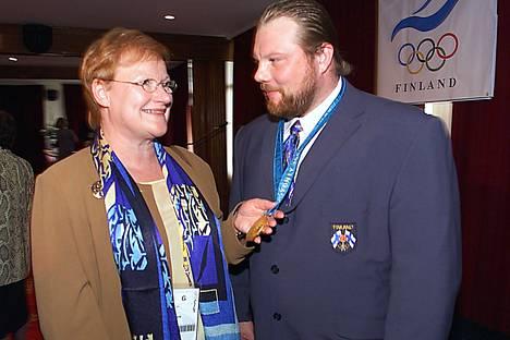 Presidentti Tarja Halonen onnitteli tuoretta olympiavoittajaa syyskuussa 2000.