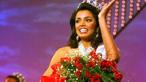 Chelsi Smith kuvattuna Miss USA -kisoissa 1995. Hän oli 21-vuotias voittaessaan Miss USA ja Miss Universum -tittelit.