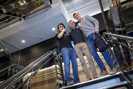 Kalle Korhonen (vas.), Thomas Widd ja Olli Uski Espoon Haukilahden ja Pohjois-Tapiolan lukioista odottivat reissua, jota voi muistella vanhoilla päivillä.