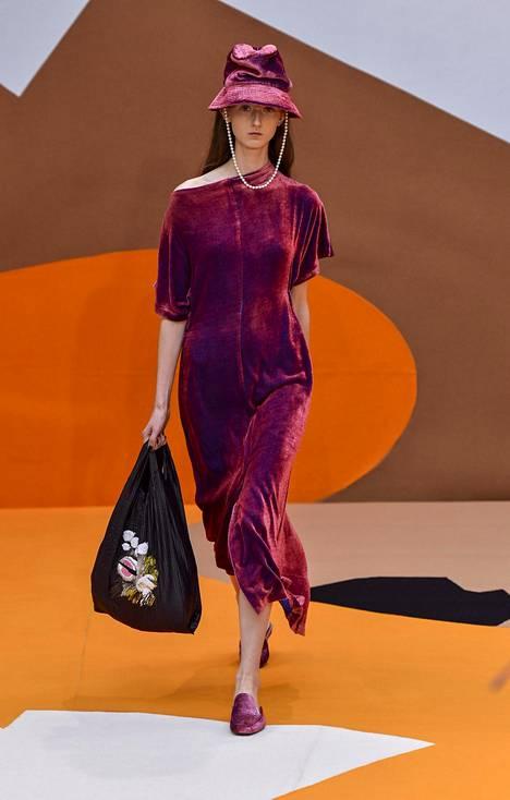 Myös Aallon mallistossa nähtiin trendikästä samettia.