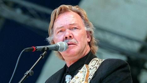 Kari Tapio saattoi joutua esiintymään mies ja kitara -periaatteella, vaikka keikkapaikalle oli palkattu bändi laulajaa säestämään.